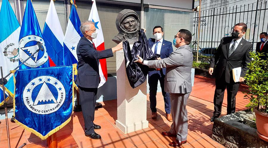 Бюст Юрия Гагарина в Гватемале