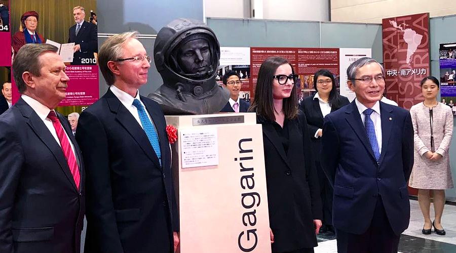 Бюст Юрия Гагарина в Японии
